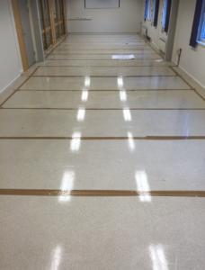 Bilde av gulv med ferdig superslynge nedlagt.